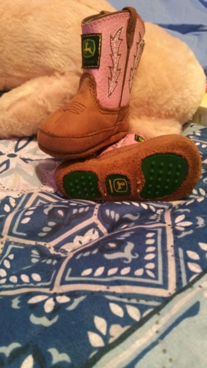 Photo Infant 1 month john deer pink and brown boots