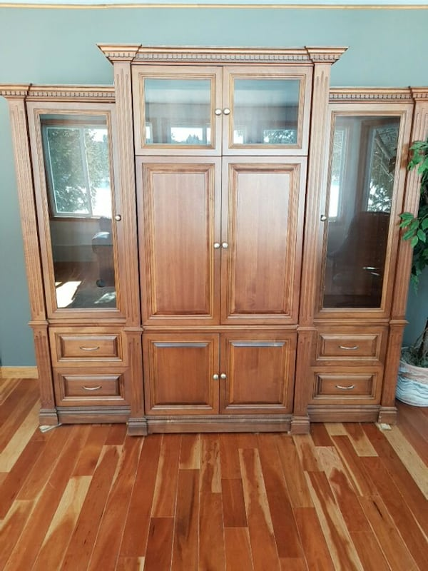 brown wooden framed glass display cabinet 1571a4e3-aaa2-4134-865e-6b26b1680276