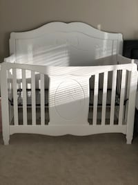 white wooden crib with changing table Alexandria, 22314