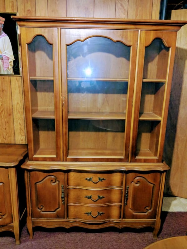 WOODEN CHINA CABINET AND BUFFET TABLE 3b8335f5-4ef7-4bf1-aa5d-500e4765a419