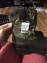 pair of black-and-green realtree camouflage boots