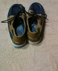 brown-and-blue boat shoes