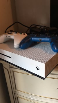 white Xbox One console with controller Chardon, 44024