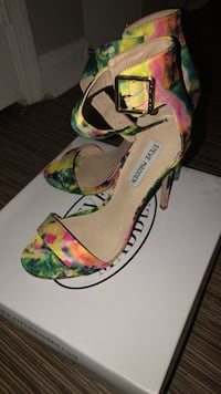 Pair of white-and-green floral pumps size 8 Hoover, 35244