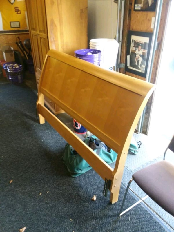 Queen size, Sleigh head board only. Nice condition  b372ff20-f6b2-4385-9a93-10b23d8965d1