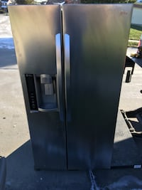 Lg stainless SxS fridge water and ice