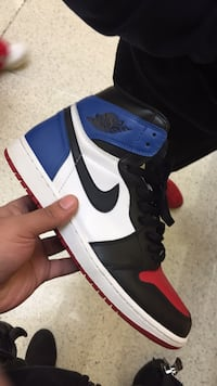 Unpaired black and white Air Jordan 1 shoe