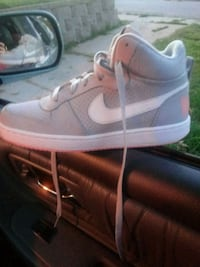 pair of white Nike low-top sneakers Bellevue, 68005