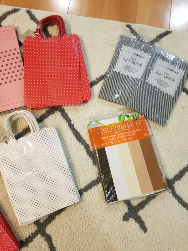 Gift bags and tissue paper *brand new** 4fe50d2e-581c-4961-b117-0158682642c7