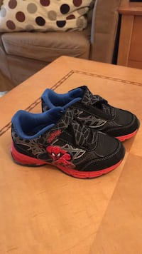 pair of black-and-red running shoes Montréal, H2R 2B5