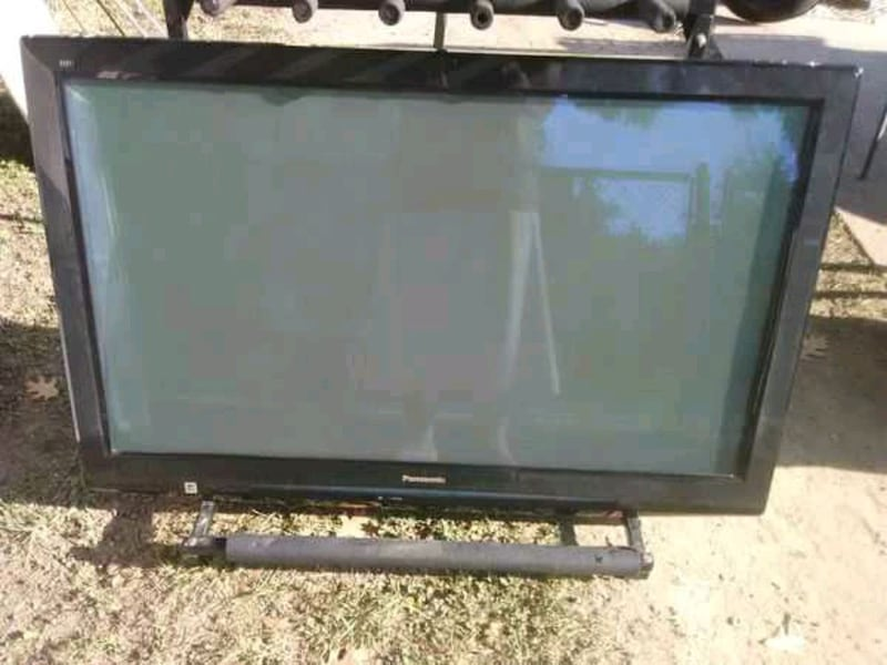 TV with remote control and 3 HDMI ports 9a120a41-012a-4738-a62d-d046122a19ab