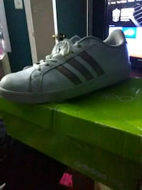 unpaired white and gold Adidas Neo low-top sneaker with box Sicklerville, 08081