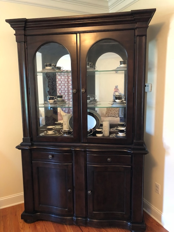 Outstanding Raymour Flanigan China Cabinet In Really Good Condition Download Free Architecture Designs Intelgarnamadebymaigaardcom