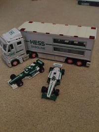 Hess truck and two formula 1 cars die-cast model DeBary, 32713