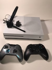 Xbox One S Game Console with 2 Controllers and headset Knoxville, 37923