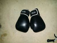 16 oz boxing gloves by Taylor Norwich, 06360