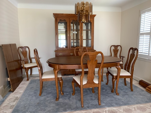 Thomasville Oak Dining Room set with 6 padded chairs, 2 extra leaves, table  pads & lighted 2 piece hutch