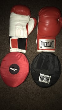 white-and-red Everlast boxer gloves with focus mitts La Habra, 90631