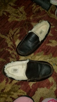 Nearly new UGG slippers size 9