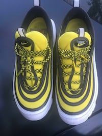 pair of yellow-and-black Nike sneakers Gulfport, 39503