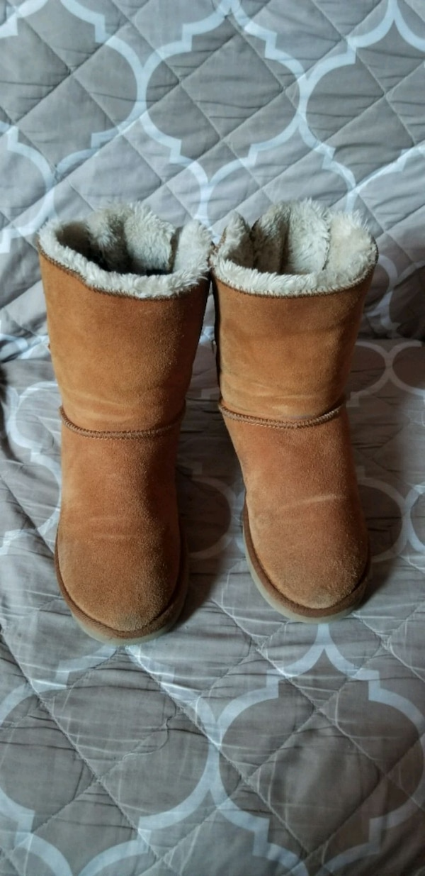 33cc3534515 Pair Of Brown Bailey Bow Ugg Boots