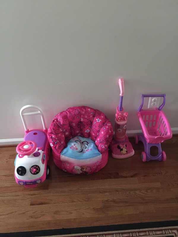 Girls princes chair Minnie Mouse vacuum and ride on and shopping cart