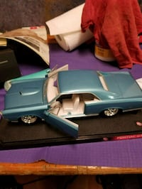 blue and white coupe die-cast model 19 mi