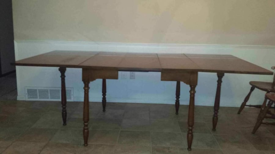 Solid wood table and chairs 256f91d5-a4df-4bc7-b360-a27761623b32