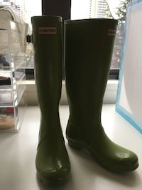 Rainboots$45,desk$50,MAKEUPclear box$120,Airbrush$120snowboard boots$35 Vancouver, V6G 1E2