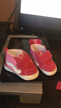 pair of pink-and-white Nike basketball shoes Cleveland, 37312