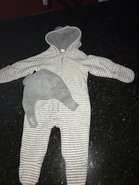 Old Navy Micro Performance Fleece 3-6 months. Hat & glove set included