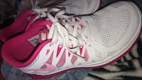 White-and-pink nike basketball shoes Georgetown, L7G 5T3