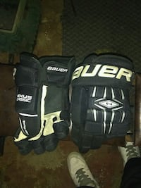 pair of black-and-white bauer sports gloves Regina, S4T