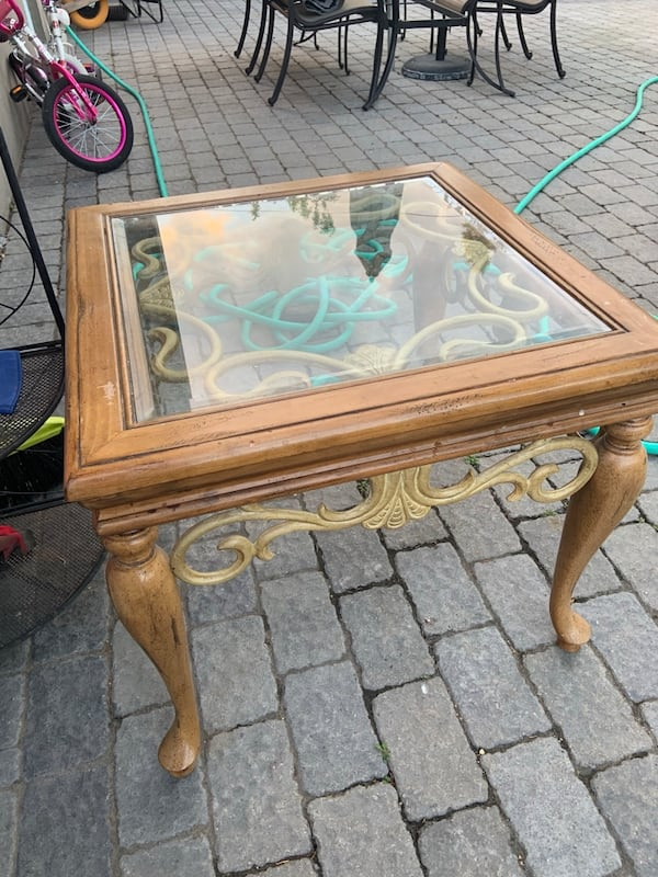 Side table with glads on top 60bbf32b-ebb1-42ba-9492-c36ccea85bc5