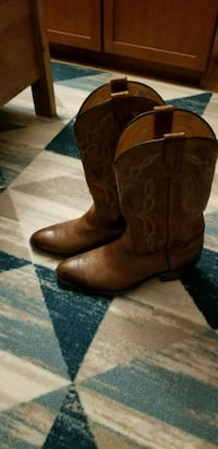 pair of brown leather R-toe cowboy boots 8 mi