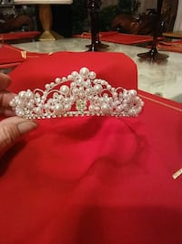 silver-colored pearl crown