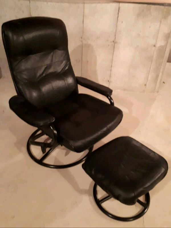 black leather padded rolling chair 4dff50d7-7778-47f3-a5c0-f7b752aa4192