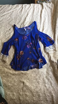 Floral mid sleeve top. With shoulder cut outs Rohnert Park, 94928