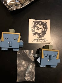 "Dunny 3"" Amanda Visell Tic Toc Apocalypse ""Pegaphunt"". White 1/32. Item comes with box, card and foil Figure is in excellent condition. Toronto, M9A 2H8"