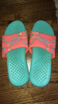 Pair of teal-and-pink under armor slide sandals Monrovia, 21770