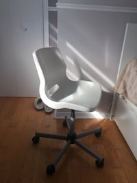 white rolling desk chair modern and very comfy  Laval, H7X 1V9