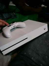 white Xbox One console with controller Fort Lauderdale, 33314
