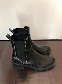 pair of black leather boots 多倫多, M5J 0A9