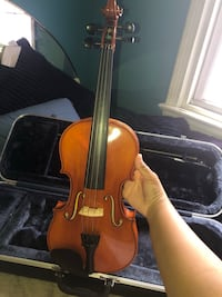 A amazing Violin with its bow and case. Prices ARE negotiable:) Riverdale, 20737