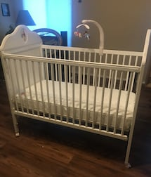 Winnie the Pooh Crib with Kolcraft Mattress and Mobile