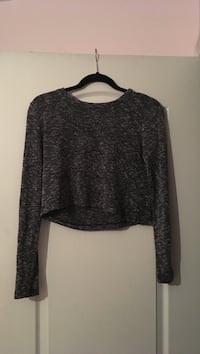 gray scoop-neck long-sleeved shirt