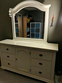 White vanity 6 drawers 1 door Richmond, V6Y 1X8