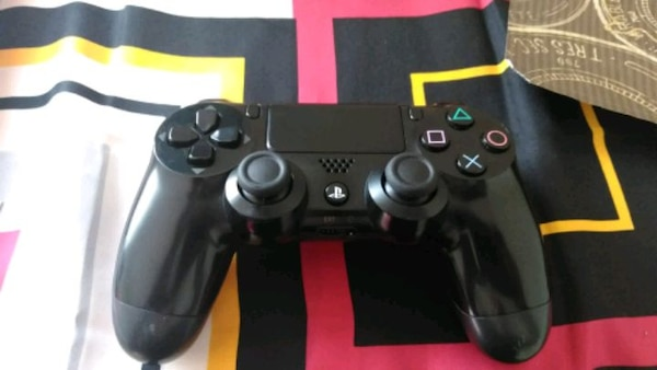 black Sony PS4 Dualshock 4 wireless controller