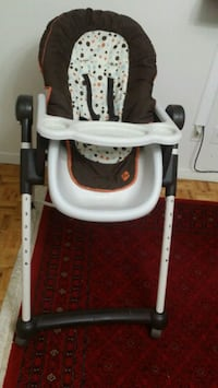 baby's white and brown high chair Mississauga, L5K