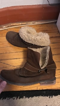 Pair of brown suede snow boots Steve Madden #8 Toronto, M5M 2K7